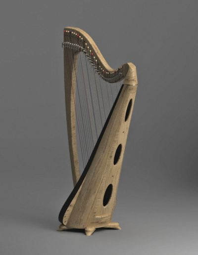 Arpa celta con cuerpo extendido