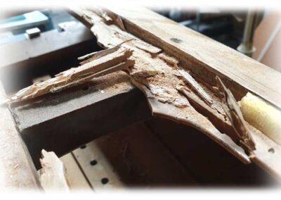 Eliminación y sustitución de partes de madera carcomidas en antiguas arpas de pedales.